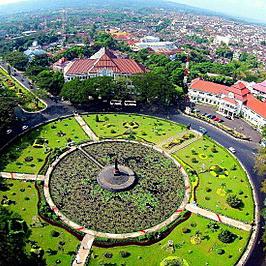 400px-Tugu_Balai_Kota_Malang